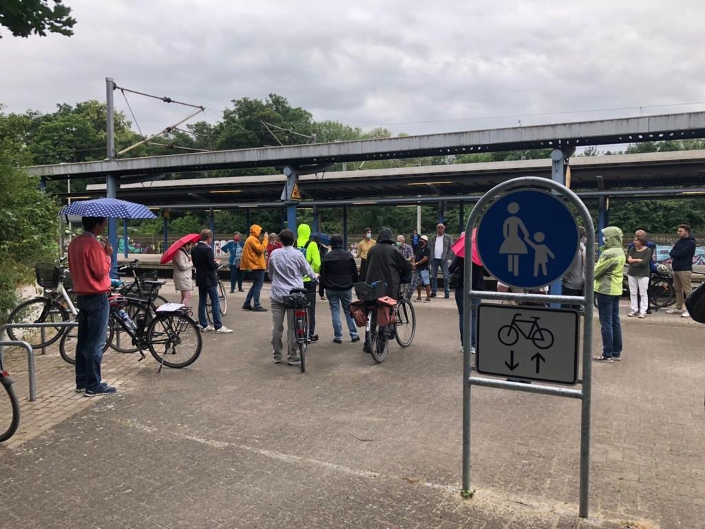Auftakt zum Stadtteilrundgang am Bahnhof Karl-Wiechert-Allee