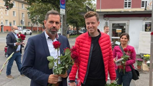 Bild von Olaf Lies und Adis Ahmetovic auf dem Wochenmarkt am Schaperplatz