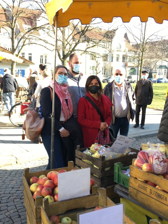 Johanna Starke, Belgin Zaman, Martin Fulst und Hans Behrendt auf dem Bauernmarkt