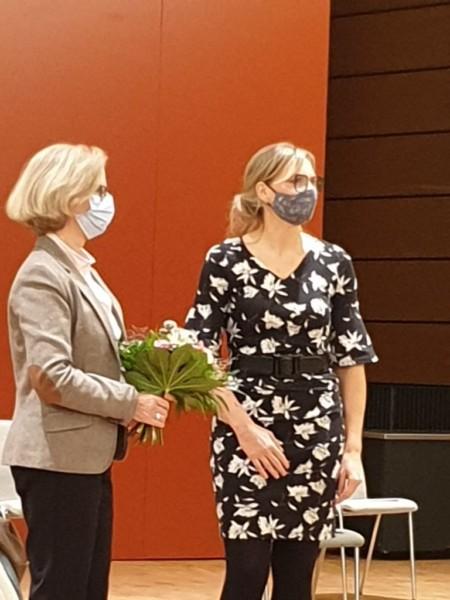 Johanna Starke mit Ruth Bolten von den Grünen Damen und Herren an der MHH (links).
