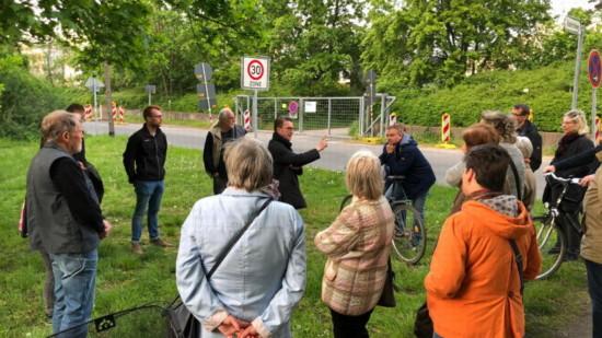 Bezirksbürgermeister Henning Hofmann erläutert im Frühjahr 2019 die Vorhaben zum Neubau der MHH.