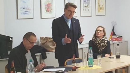 Henning Hofmann (Mitte) mit Johanna Starke und Marc-Dietrich Ohse