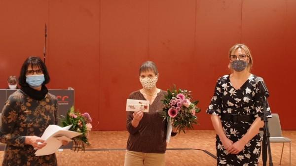 Bezirksbürgermeisterin Johanna Starke überreicht den Integrationspreis 2020 an Birgit Saalfrank und Chrstiane Jäger vom Café der Nationen.
