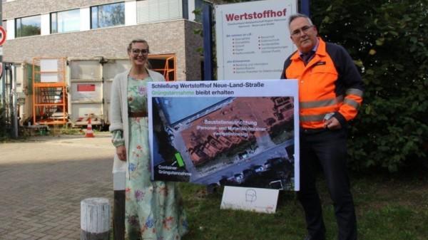 Bild von Bezirksbürgermeisterin Johanna Starke mit aha-Chef Thomas Schwarz am Wertstoffhof Neue-Land-Straße