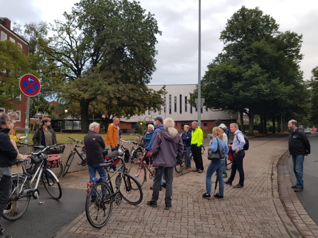 An der Schillerschule wurde diskutiert, wie die Querung des Radschnellwegs über die Ebellstraße sicherer gemacht werden könnte, als in den Planungen vorgesehen.